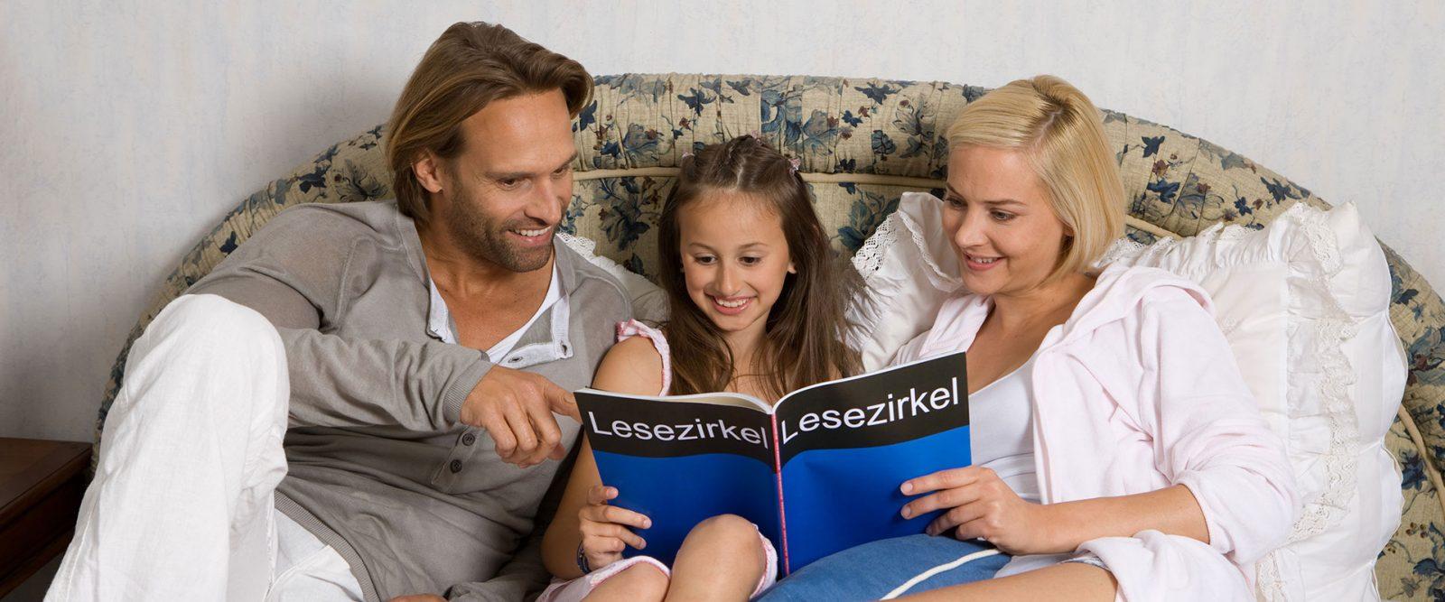 Familie beim Zeitschriften lesen