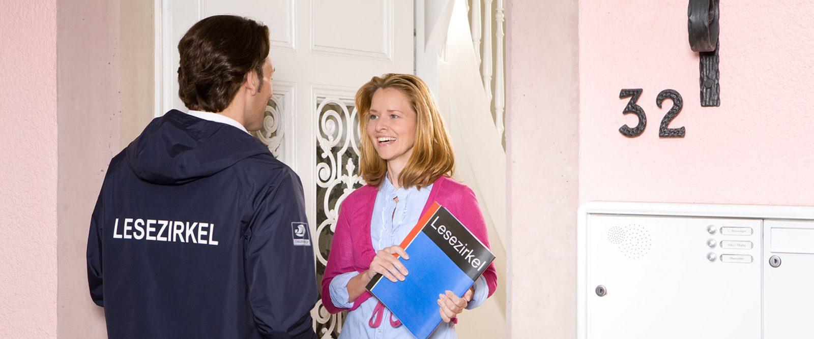 Zusteller bringt Zeitschriften an die Haustüre